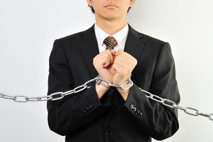 鎖で束縛されている社員